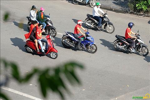 3 giờ chiều, CĐV Việt Nam đã xuất phát từ Bờ Hồ hình ảnh