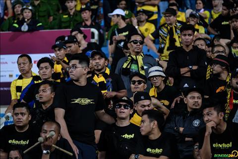 Ảnh CĐV Malaysia buồn bã nhìn đội nhà gục ngã tại Mỹ Đình hình ảnh