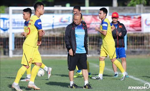 HLV Park Hang Seo kha khan truong cho cac hoc tro tap luyen de chuan bi cho tran dau giua DT Indonesia vs Viet Nam tai VL World Cup 2022.