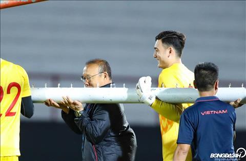 Dang Van Lam bat cuoi truoc hanh dong treu dua cua thay Park.