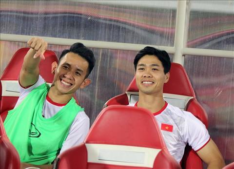 Cong Phuong tuo cuoi tren bang ghe du bi du khong thi dau o tran nay. Anh: VFF