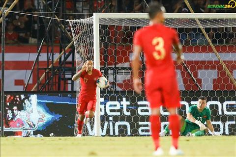 Van Lam nhan ban thua vs Indonesia