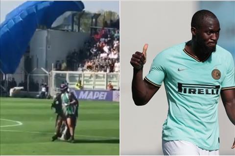VIDEO Hài hước VĐV nhảy dù hạ cánh trong trận Inter gặp Sassuolo hình ảnh