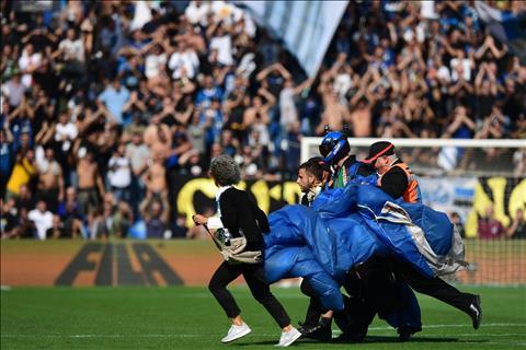 VIDEO Hài hước VĐV nhảy dù hạ cánh trong trận Inter gặp Sassuolo hình ảnh 3