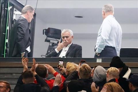 Ra đi trong thất bại, HLV Jose Mourinho vẫn được fan MU đón chào hình ảnh