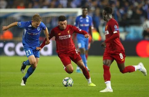 Genk vs Liverpool Oxlade-Chamberlain di bong