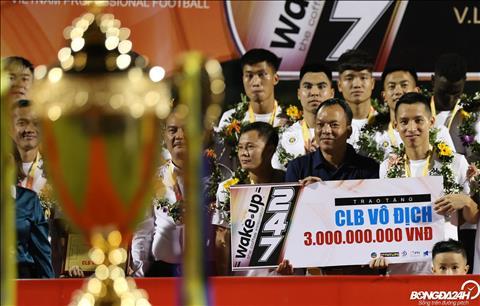 Ha Noi FC bao ve thanh cong ngoi vuong day thuyet phuc khi phai chia suc o nhieu dau truong.