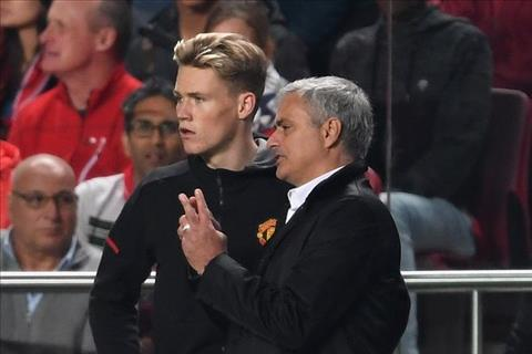 Tiền vệ trẻ Scott McTominay và HLV Jose Mourinho hình ảnh