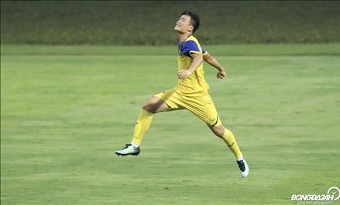 Tan dung sai lam cua hang phong ngu doi phuong, Manh Quynh ghi ban giup U19 Viet Nam mot lan nua vuon len dan truoc.