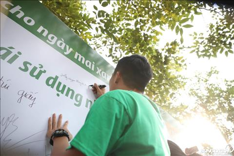 Hanh dong day y nghia cua Bui Tien Dung khi chung tay nang cao nhan thuc cong dong ve rac thai nhua.