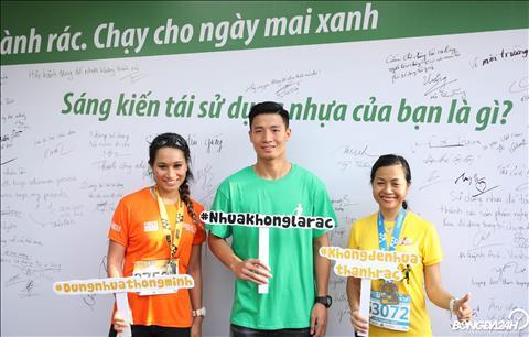 Tham gia cu ly chay 10 km, nu doanh nhan Tran Uyen Phuong cung trung ve Bui Tien Dung lan toa thong diep ve han che rac thai nhua.