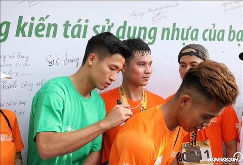 Mot so VDV sau khi hoan tat cu ly chay da toi xin chu ky cua Bui Tien Dung.