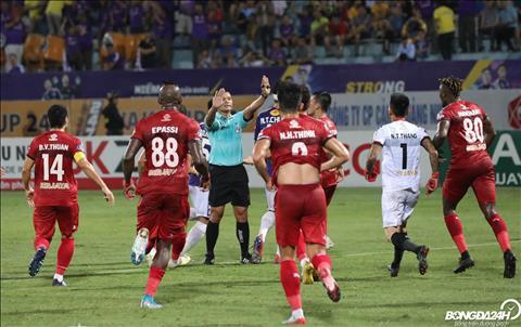 Khi trong tai Nguyen Dinh Thai cong nhan ban thang cho Ha Noi FC, cac cau thu doi khach da phan ung du doi.