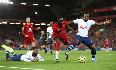 Serge Aurier mắc sai lầm trước Liverpool hình ảnh