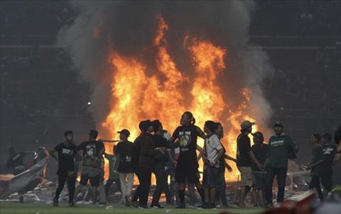 VIDEO CĐV Indonesia điên cuồng đốt pháo, đập phá sân vận động hình ảnh