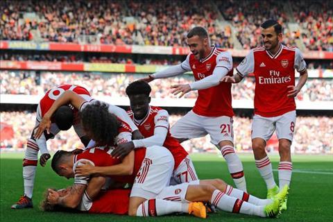Arsenal dan truoc 1-0 sau 45 phut