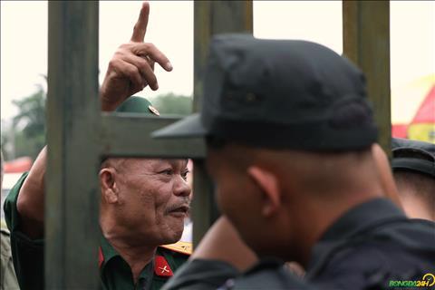 Thương binh quây cổng Liên đoàn mua vé trận Việt Nam vs Malaysia hình ảnh