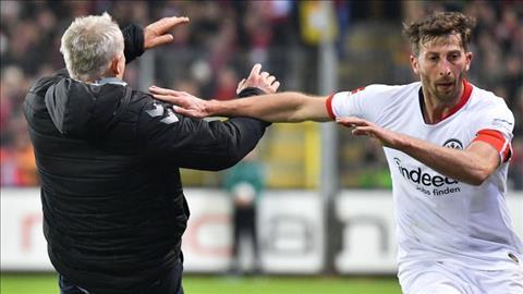 Freiburg vs Frankfurt Cầu thủ húc ngã HLV đối phương Bundesliga hình ảnh