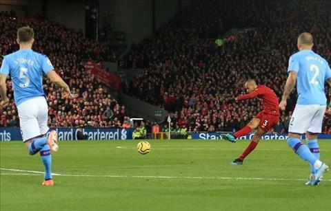 Liverpool vs Man City Fabinho sut xa thanh ban