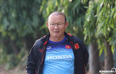 Thay Park chi chao roi buoc nhanh vao san chuan bi cho buoi tap cua DT Viet Nam.