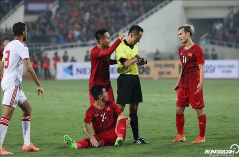 Tien Linh la nguoi da khien Khalifa Al Hammadi phai nhan the do o phut 37 trong mot tinh huong pham loi co the dan den ban thang.