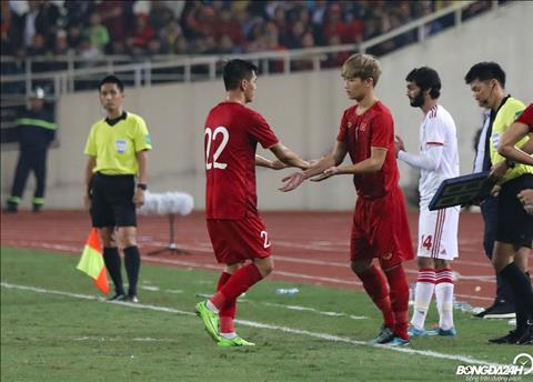 Trong hiep hai, Tien Linh roi san de nhuong cho cho mot cau thu khac cung duoc don len tu doi U22 la Nguyen Hoang Duc.