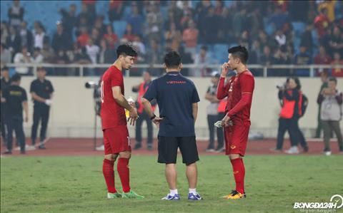 Sau tran dau, Cong Phuong va Quang Hai nan lai san de trao doi ve tran dau vua qua.