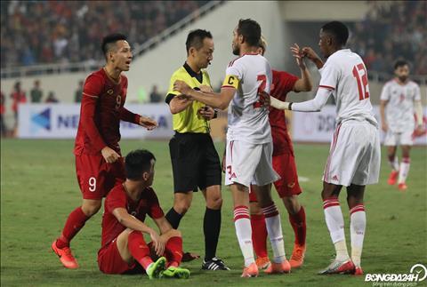 Trọng tài người Nhật lạnh lùng trong pha rút thẻ đỏ cho ĐT UAE hình ảnh