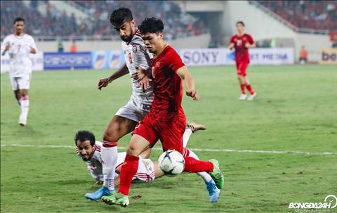 Moi khi Cong Phuong co bong, thuong co 2-3 cau thu UAE vay lai ngan chan.