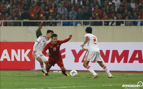 De ngan chan Quang Hai, cac cau thu DT UAE doi khi buoc phai pham loi.