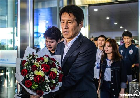 HLV Akira Nishino dai dien DT Thai Lan nhan bo hoa chao mung tu cac CDV.