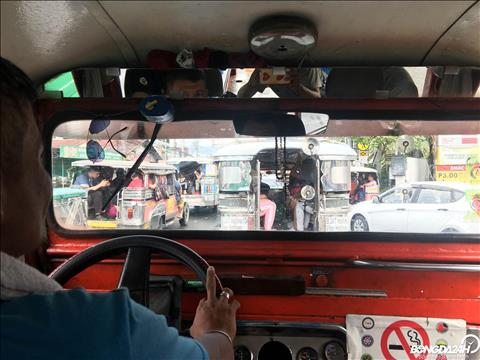 O Binan, nguoi dan Philippines thuong di chuyen bang Jeepney hoac Tricycle.