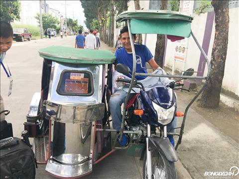 Cac phong vien di chuyen bang Tricycle de ra san hoac ra ben xe buyt.