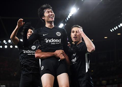 Nhung Kamada da lap 1 cu dup giup Frankfurt loi nguoc dong thang lai 2-1