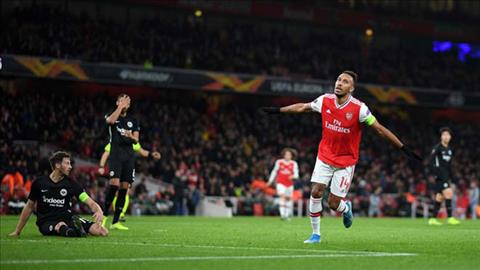 Aubameyang mo ty so cho Arsenal vao phut bu gio cua hiep 1
