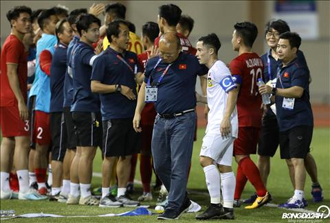 HLV Park Hang Seo cung an ui Vongchiengkham, cau thu duoc menh danh la Messi Lao sau tran dau.