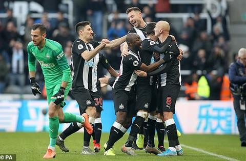 Man City de Newcastle cam hoa 2-2