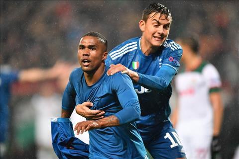 Douglas Costa moi la cau thu ghi ban dem ve chien thang kich tinh cho Juventus