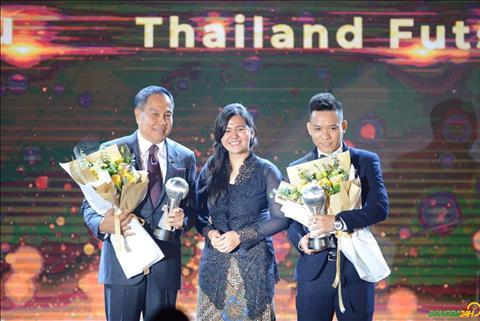 Trần Văn Vũ ngượng ngùng trả lời tiếng Anh trong lễ trao giải AFF hình ảnh