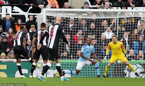 Newcastle 2-2 Man City Nhà vua mộng du, nhưng không mơ vô địch hình ảnh 3