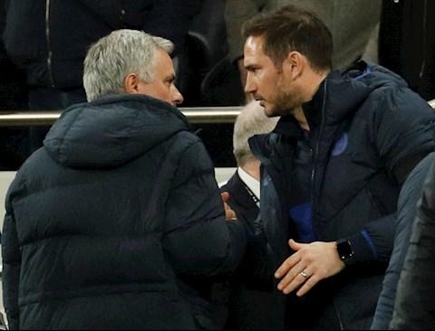 HLV Jose Mourinho dung cho de bat tay voi dong nghiep va cung la cau hoc tro cu Frank Lampard.