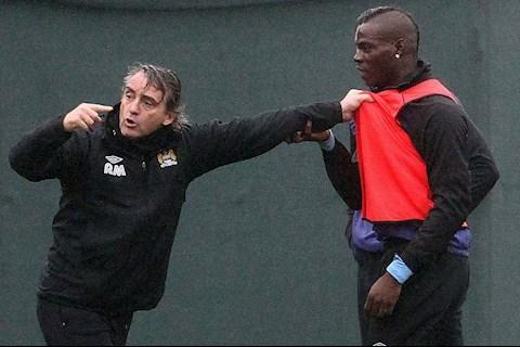 Thay tro Roberto Mancini va Mario Balotelli thuong xuyen co nhung pha tau hai nhu the nay day