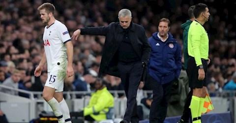 HLV Jose Mourinho co xin loi Eric Dier sau do