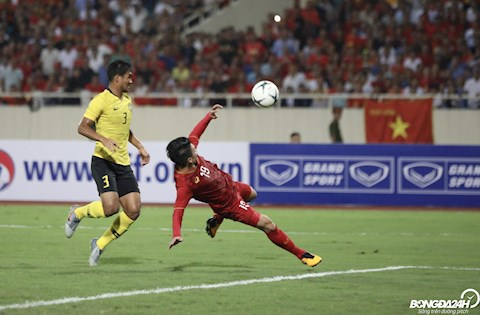 Thang 10/2019 - Cham tran DT Malaysia tai vong loai World Cup 2022, pha bay nguoi vo le cua Quang Hai giup DT Viet Nam gianh chien thang 1-0 truoc DT Malaysia tren SVD My Dinh.