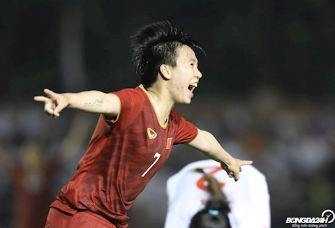 Tuyet Dung ghi ban an dinh chien thang 2-0 giup DT nu Viet Nam vuot qua DT nu Philippines de vao chung ket mon bong da nu.