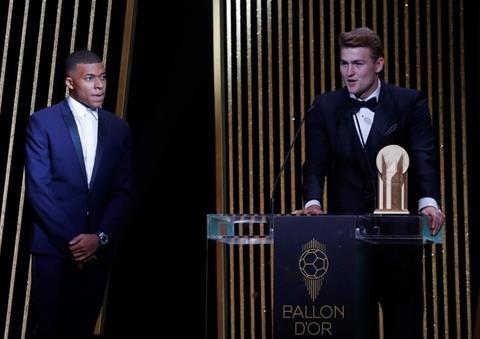 TRỰC TIẾP Lễ trao giải Quả bóng vàng 2019 De Ligt nhận giải Cầu thủ trẻ hay nhất năm hình ảnh 7