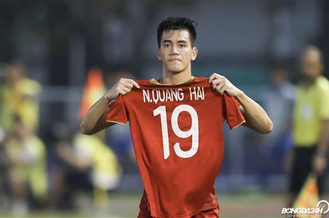 Tien Linh tri an Quang Hai sau khi lap cu dup, giup U22 Viet Nam go hoa 2-2