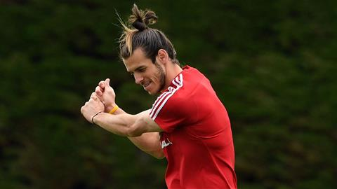 Gareth Bale ngang nhiên đánh golf ngay trên sân tập Real Madrid hình ảnh