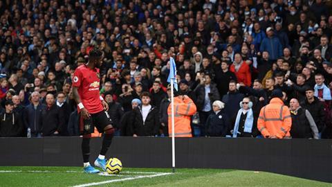 Tien ve Fred bi phan biet chung toc trong tran derby Man City 1-2 MU