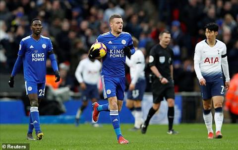 Jamie Vardy ghi ban danh du cho Leicester.